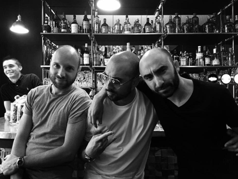 Younès (à droite), le barman du Klink