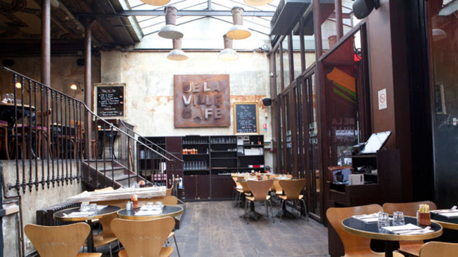 La belle verrière du Delaville Café à Paris Grands Boulevards