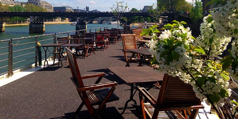 La terrasse de la péniche la Balle au Bond, vue sur le Pont des Arts