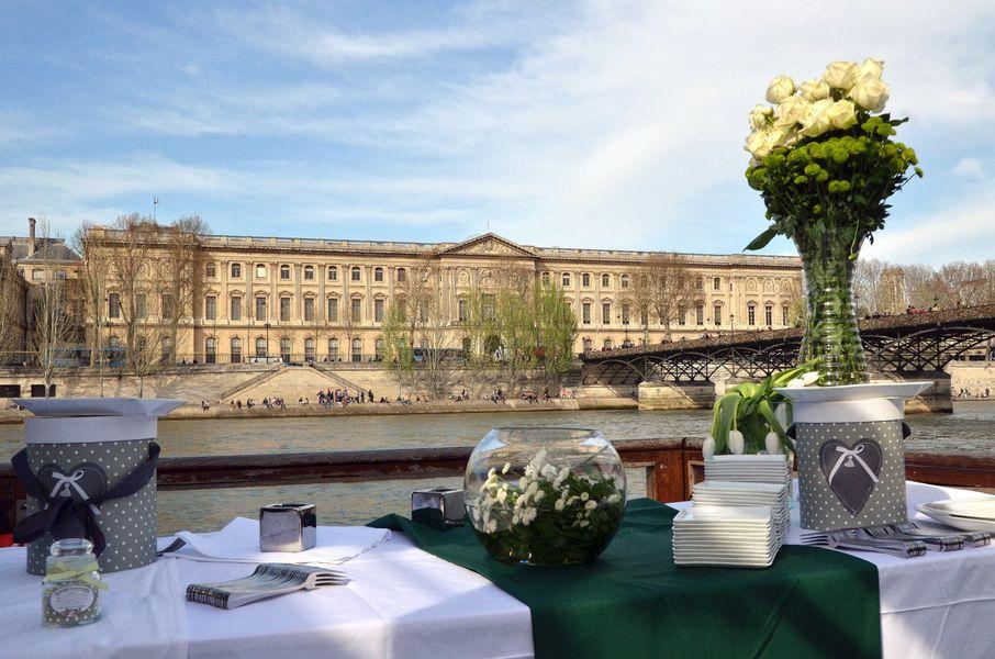 La terrasse de la péniche, au pied du Louvre