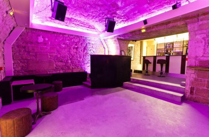 La salle principale du Jammin Club et son bar
