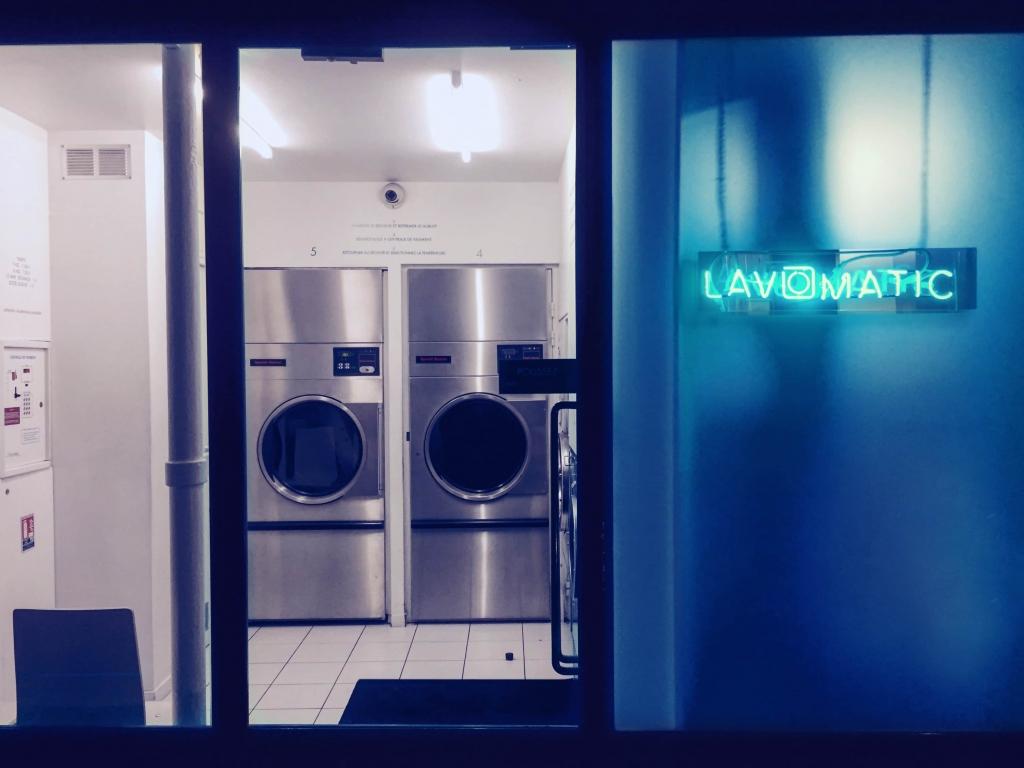 Le Lavomatic : L'entrée qui fait également office de laverie