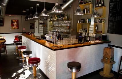 Bar le clin 39 s factory paris r server avec lesbarr s for Bar belge maison alfort