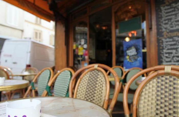 Le Bar-Pub le Lux Bar à Paris 18 - Devant l'entrée